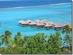 домики гостиниц на Таити стоят на крепких столбах над самым океаном